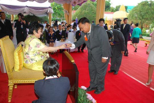 เข้ารับประธานเข็มจากพระเจ้าวรวงศ์เธอ พระองค์เจ้าโสมสวลี พระวรราชาทินัดดามาตุ ในฐานะผู้สนับสนุนงานของมูลนิธิอาสาเพื่อนพึ่ง (ภาฯ) ยามยาก สภากาชาดไทย