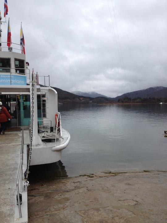 ลงเรือข้ามไปเกาะ ลมพัดมาหนาวได้ใจ