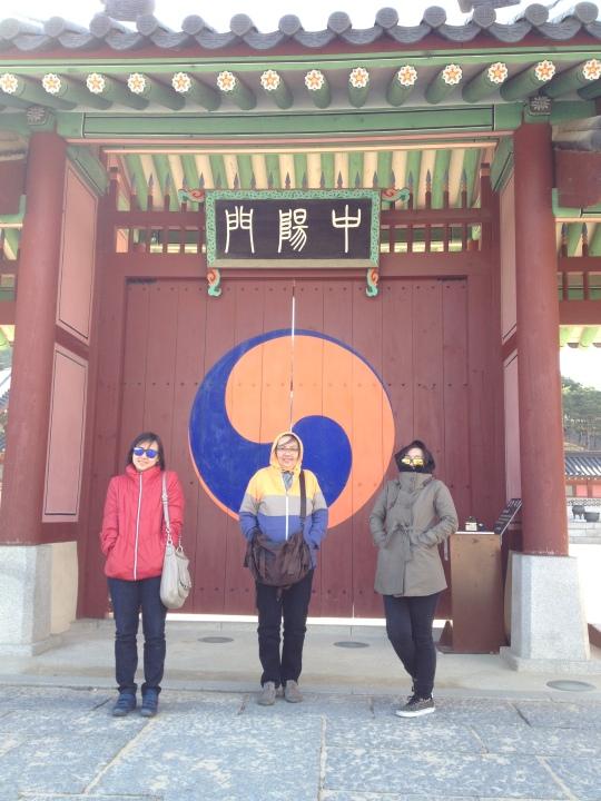 สาวสาวผู้ร่วมทริปถ่ายรูปที่หน้าประตูวังซูวอนฯ