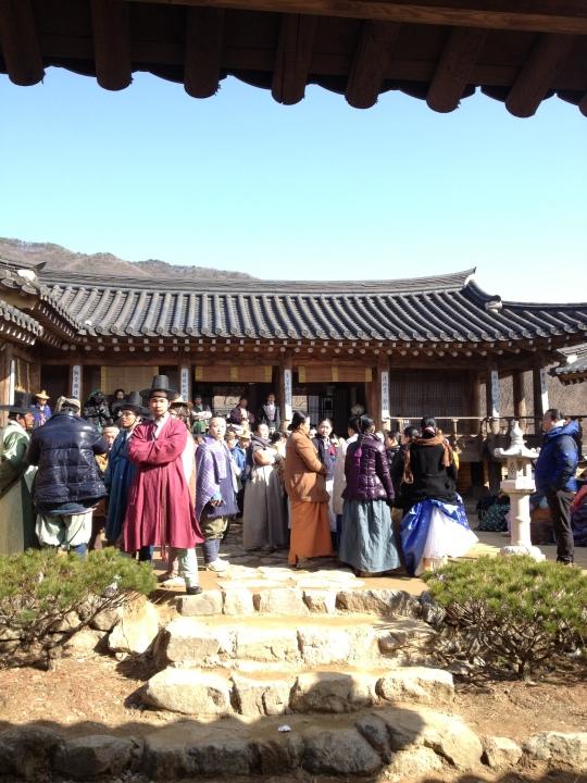 แอบถ่ายบรรดานักแสดงชาวเกาหลีระหว่างรอเข้าฉากครับ