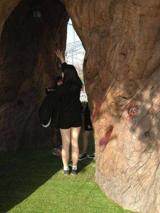 นี่ก็ไม่รู้ใครมาอยู่แถวต้นไม้ยักษ์ ไม่ได้อยากถ่ายหรอกมันติดมาเจ๋ยๆ จิงจริ้งงงง