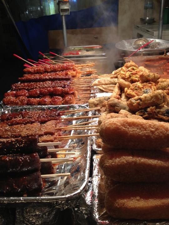 ต๊อกโปกิ มีหลายเมนูครับ ชิมมาสองสามอย่างก็อร่อยประมาณเจียงลูกชิ้นปลากันเลยทีเดียว