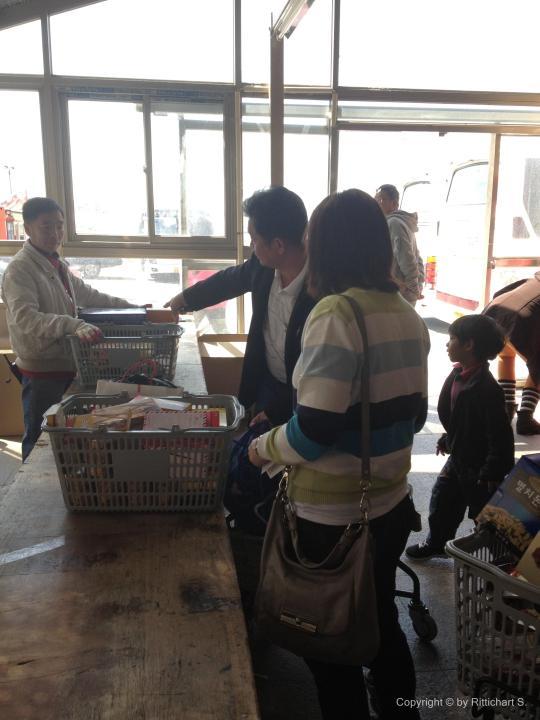 แพคขนมลงกล่องที่ร้านละลายเงินวอน