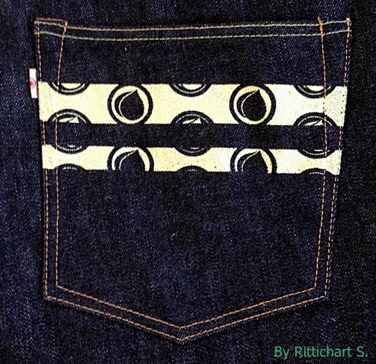 ลาย2แถบเอกสัษณ์ของ momotaro คาดที่กระเป๋าหลังขวา มีลายลูกท้อด้วย รูปถ่ายสีออกขาวเชียวแต่จริงๆสีออกเหลืองจางๆครับ